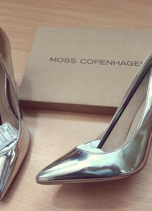 Туфли лодочки металлик от moss copenhagen.
