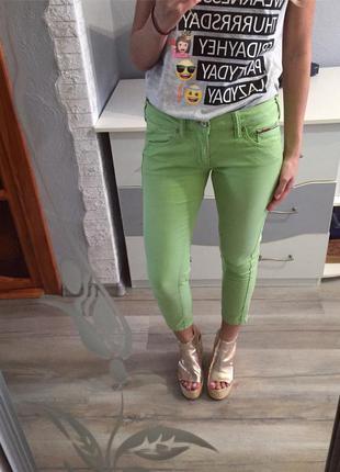 Крутые брендовые укороченные зеленые скинни tommy hilfiger , джинсы салатовые