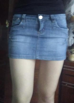 Коротка джинсова спідниця