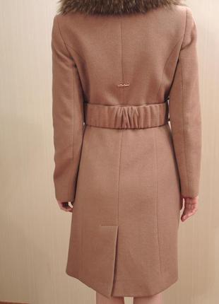 Пальто коричневого кольору фірми balizza.