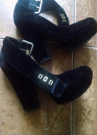 Стильные велюровые туфли на толстом каблуке