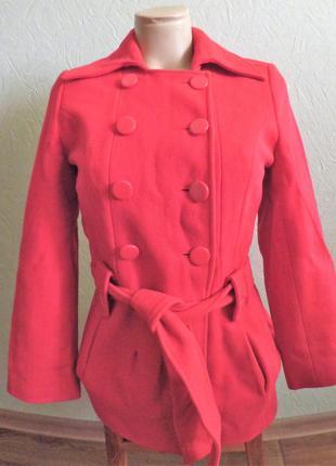 Красное пальто на поясе