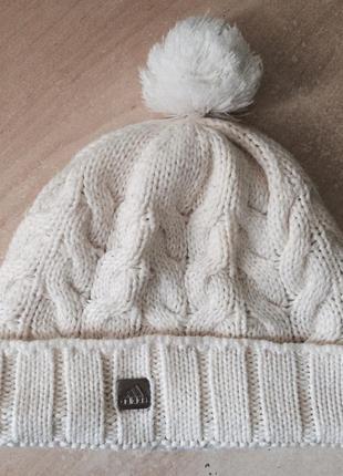 Белая шапка adidas с бубоном