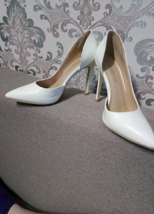 Туфли белые,  идеальные под свадебное платье и на каждый день,  например под джинс.