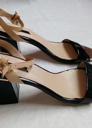 """Черные лаковые босоножки от """"next"""". размер - 38,5 см. новые! золотистый носок."""