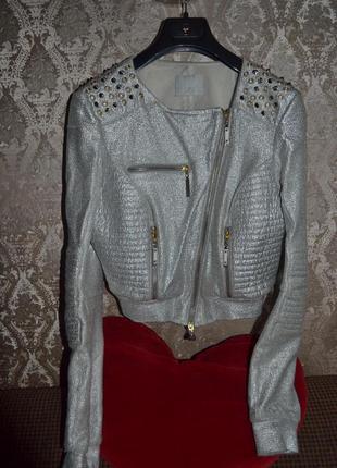 Серебряная куртка с шипами фирмы gizia демисезонная