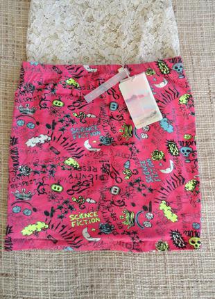 Яркая / модная юбка bershka / розового цвета с принтом / размер m