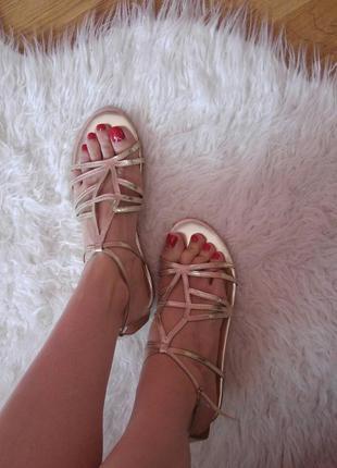 Шикарные золотые босоножки сандали фирмы stradivarius (страдивариус)