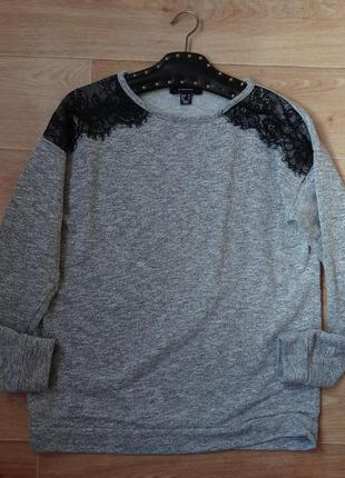Серый свитшот - кофточка с гипюром на плечах