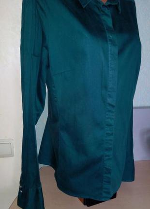 Длинная приталенная изумрудная рубашка  для деловой женщины.