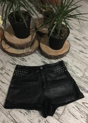 Короткие шорты из эко-кожи с завышенной талией.