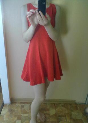 Гарне червоне плаття