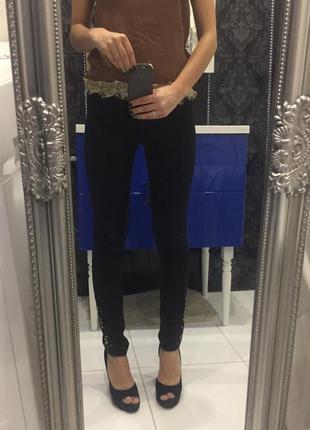 Чёрные брюки с заклепками