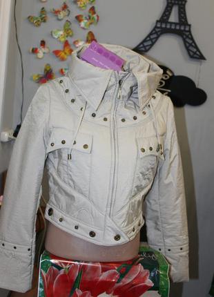 Укороченная , демисезонная ,бежевая куртка.размер л.