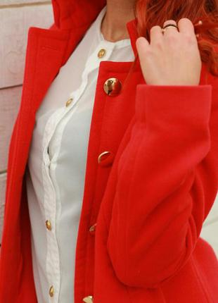 Стильное пальто караллового цвета