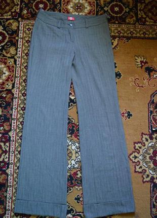 Серые классические брюки-клеш