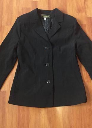 Черный пиджак с блестящими полосками