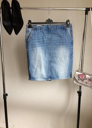 Актуальная джинсовая юбка с завышенной талией и карманами по бокам