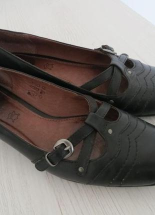Фирменные кожаные туфли на низком каблуке
