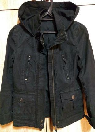 Куртка-ветровка с капюшоном.