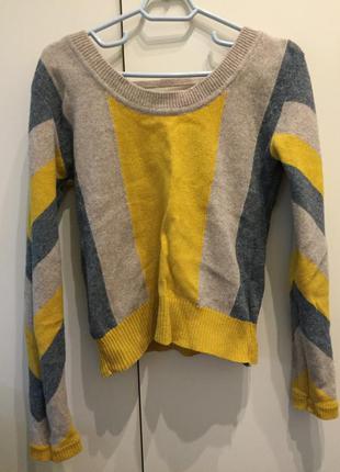 Необычный свитер с вырезом на спине