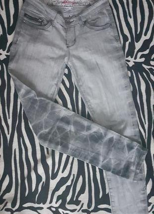 Серые джинсы с хищным принтом