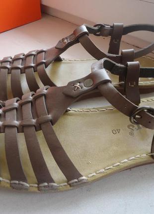 Стильные кожаные босоножки kickers 40р.