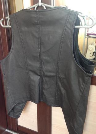Кожаный жилет с заклепками