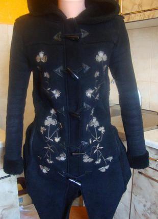 Дубленка черная искусственная c вышивкой kiabi woman размер 34/36 xs/s