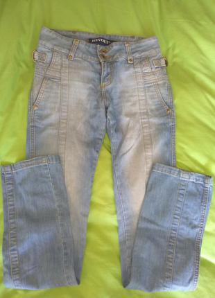 Голубые джинсы на худенькую девочку-подростка