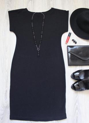 Шикарное платье-футляр с замочками на плечах