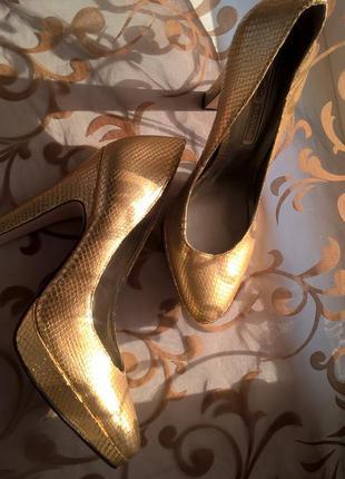 Нереально красивые золотые кожаные туфли