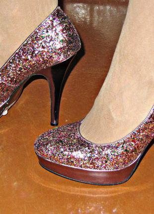 Очень красивые новые блестящие туфли!