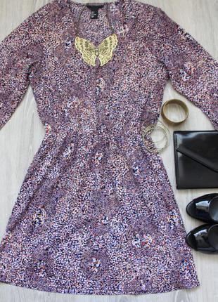 Легкое платье с v-образным вырезом на ризинке