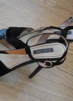 Красивые замшевые босоножки на высоком каблуке basconi