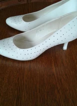 Свадебные туфли, чулки и перчатки -- в подарок