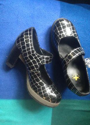 Отличные туфли на каблуке dr.martens