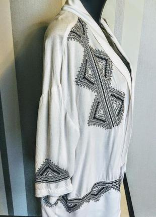 Шикарный летний жакет разлетайка белый с черной вышивкой из 100% вискозы.
