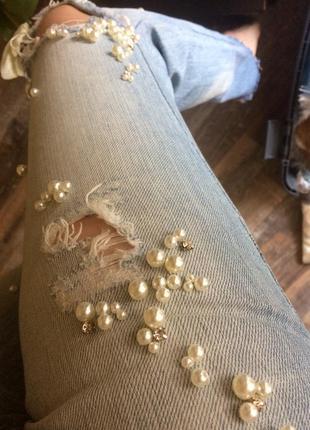 Рваные джинсы с жемчужинами
