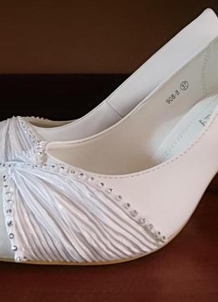 Туфли женские белые. свадебные, праздничные. туфлі жіночі.