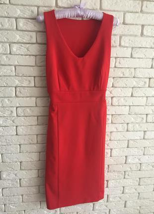 Красное миди- платье подчеркивающее фигуру