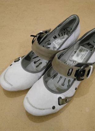 Кожаные туфли mustang средний каблук серые состояние новых