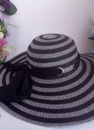 Эффектная пляжная шляпа на море,  натуральный материал