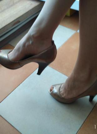 Шикарные нарядные стильные кожаные туфли с открытым носком