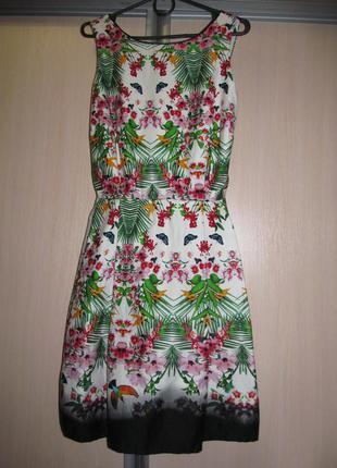 Белое платье с пышной юбкой в цветочный яркий принт