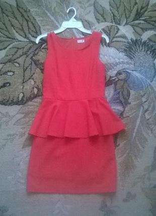 Стильное коралловое платье с баской  danity s