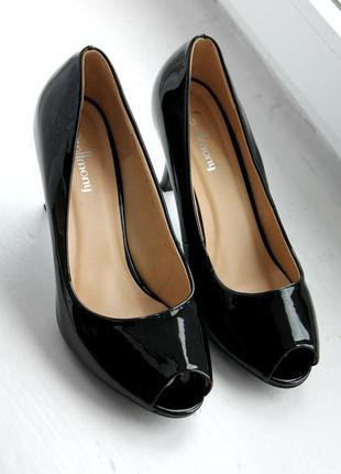 Новые лаковые туфли лодочки с открытым носком черного цвета