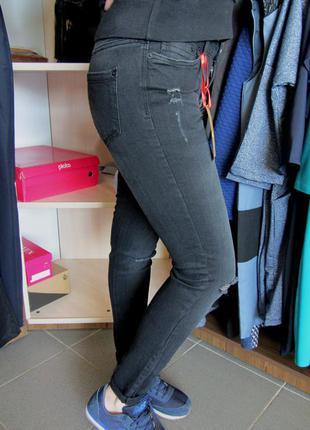 Черно-серые джинсы рваные на коленках