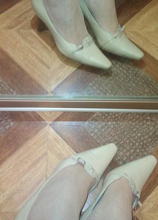 Элегантные бежевые туфли