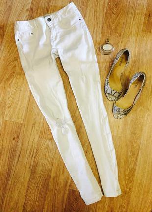 Суперские белые джинсы с дырками
